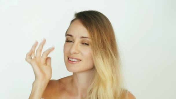 Krásná žena dotýká řas a obočí přední fotoaparát