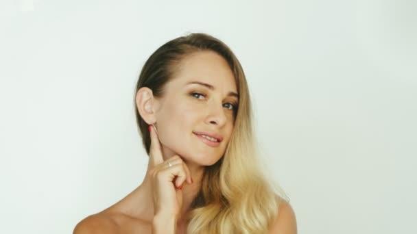 Krásná žena dotýká kůže lícní kosti na tvář přední kamera pro video blog