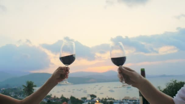 Romantický pár cinkání skleniček a pití červeného vína na večer večeře pro dva