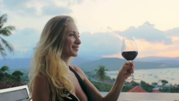 Usmívající se žena víno Připijte si s šťastný muž na dovolenou večeři pro dva