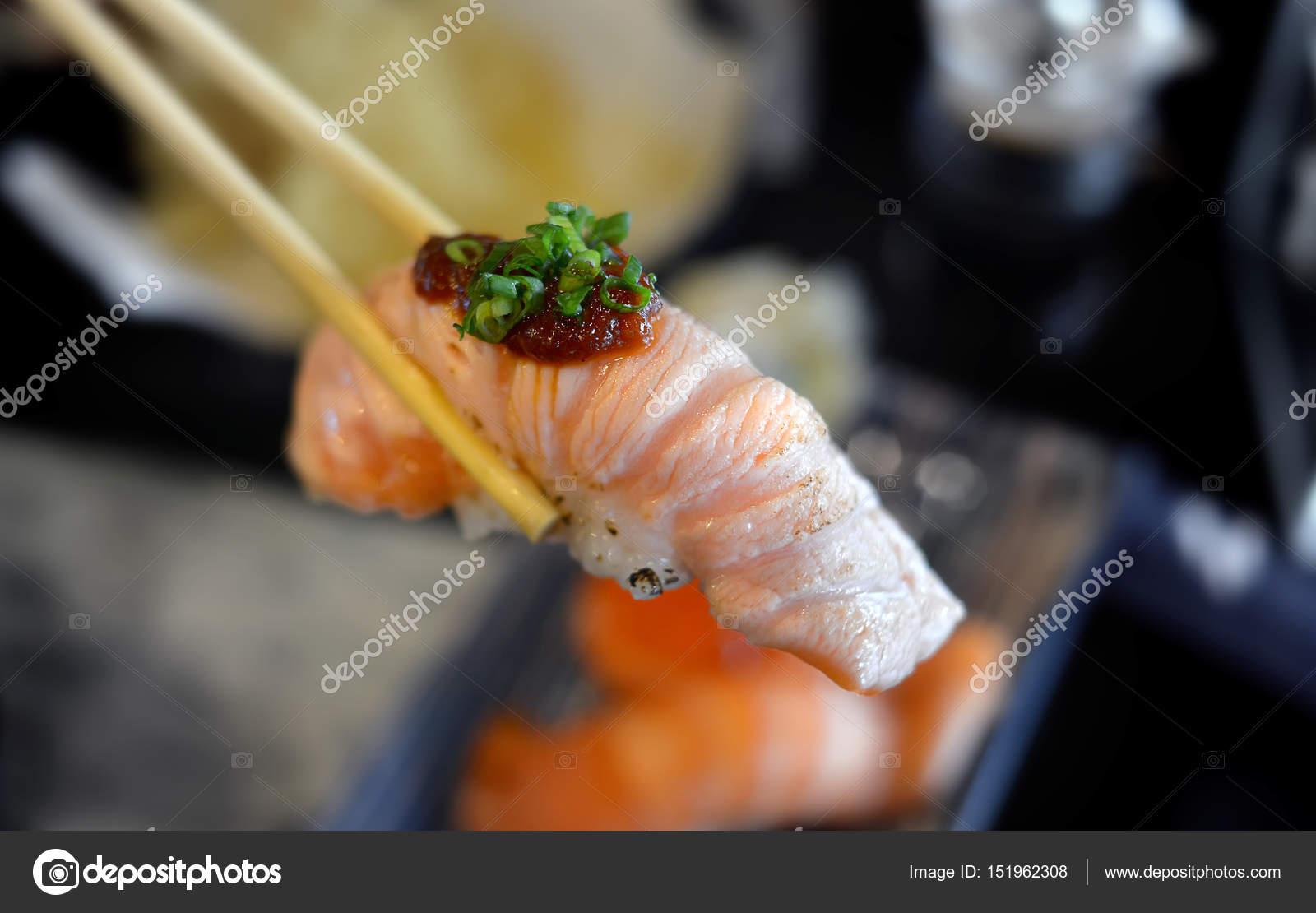 Sushi di color salmone con cottura al grill piccolo u2014 foto stock