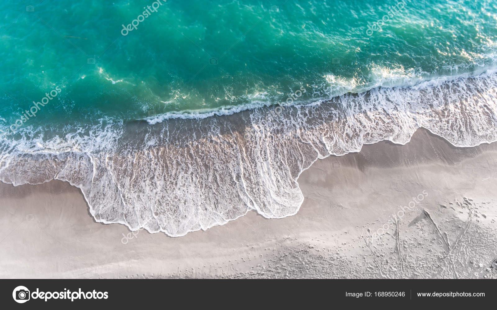 Mare spiaggia di sabbia e onda nellilluminazione del sole all