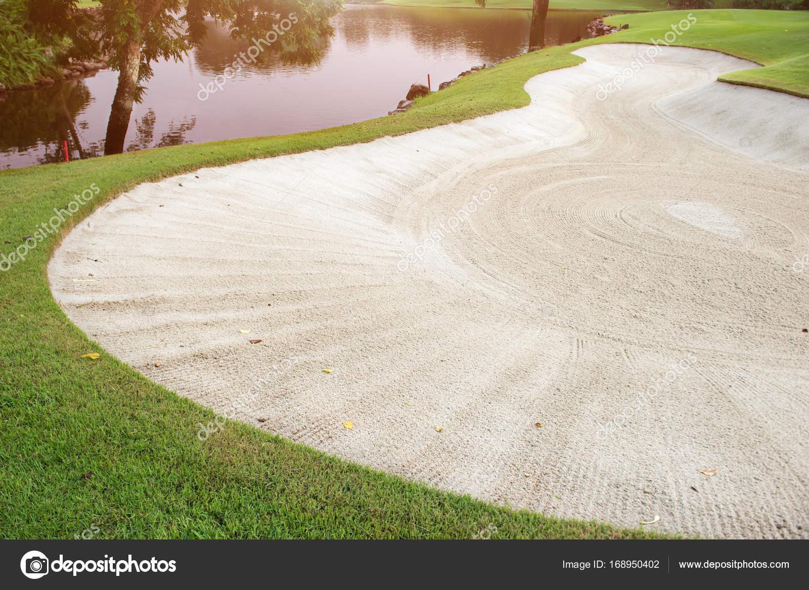 Bunker nel tratto navigabile di golf verde di sabbia u2014 foto stock
