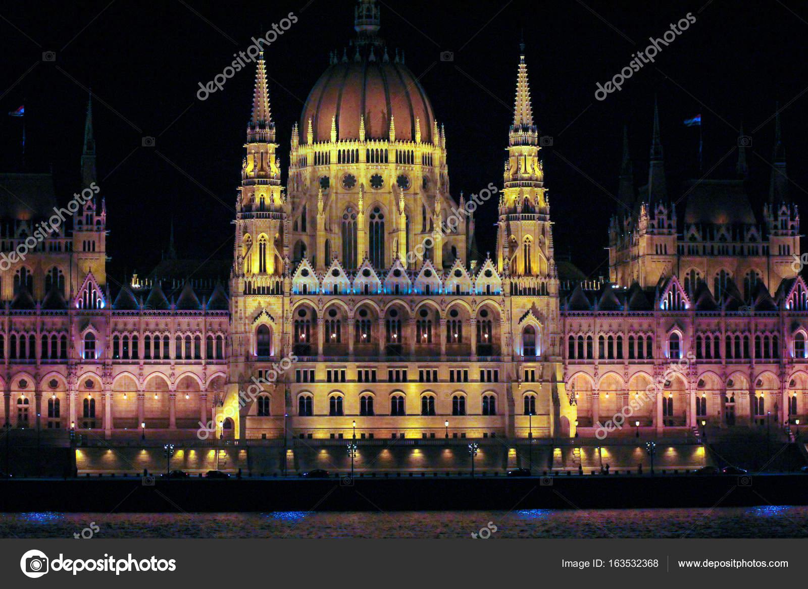 Palazzo del parlamento ungherese con illuminazione notturna u2014 foto