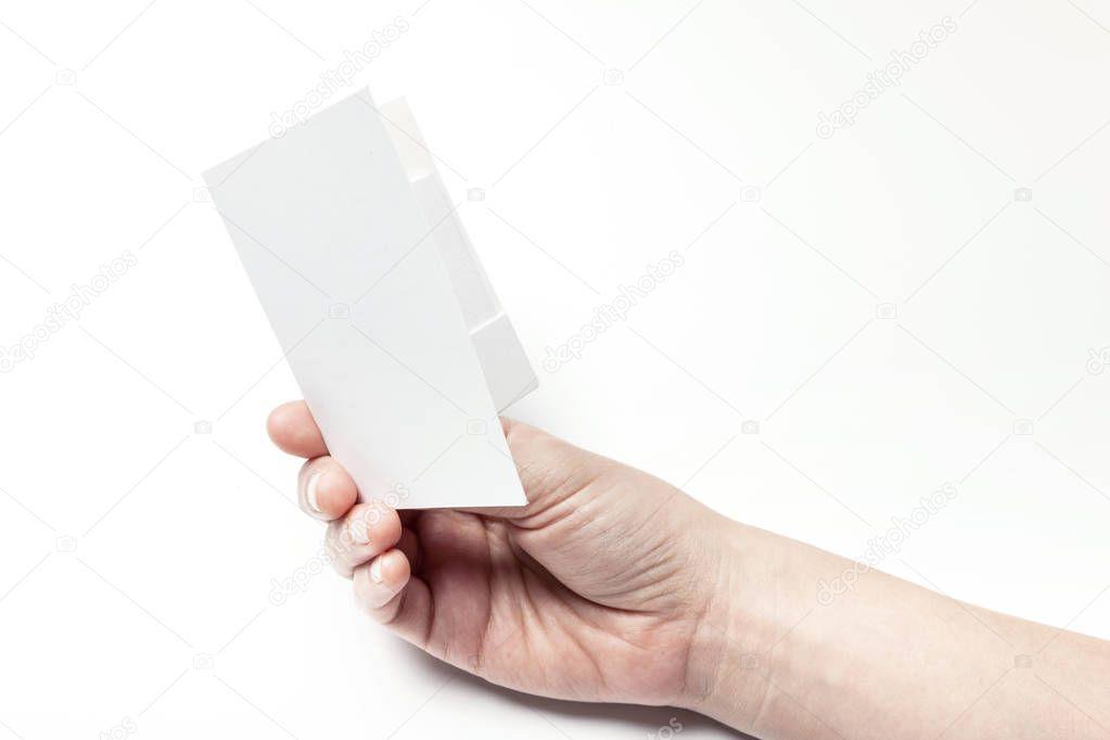 Держит в руке открытку
