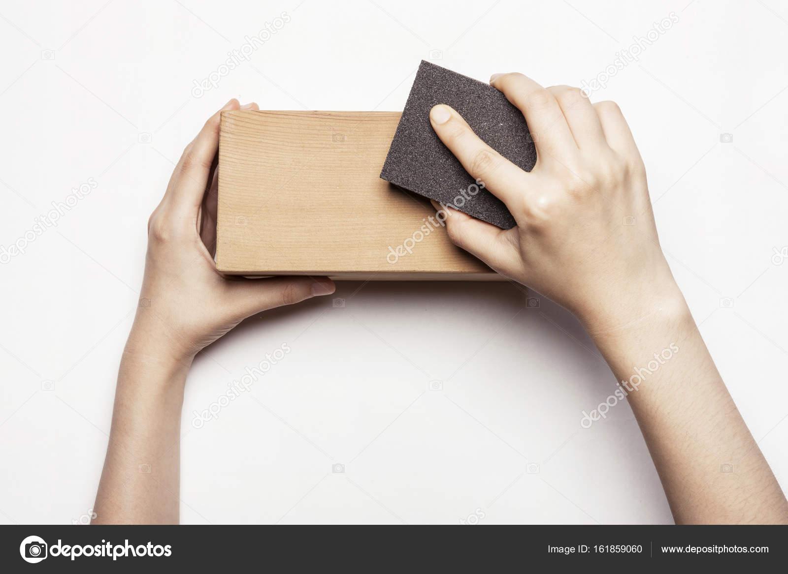 Frau Hand Aus Holz Schleifklotz Mit Schleifpapier Stockfoto
