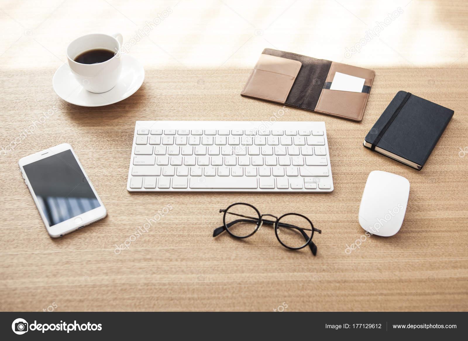 Moderne bürokonzepte  Moderne Bürokonzepte Auf Tageslicht Holz Schreibtisch — Stockfoto ...
