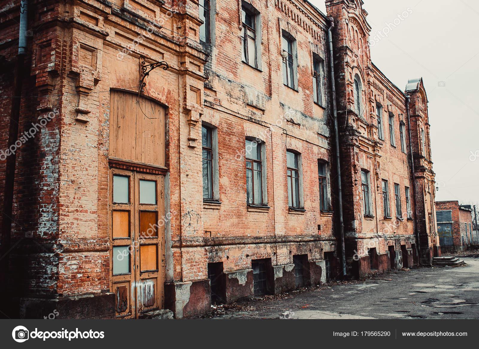 Alte Holztüren alte holztüren mit einem verblassten roten lack die alte verlassene
