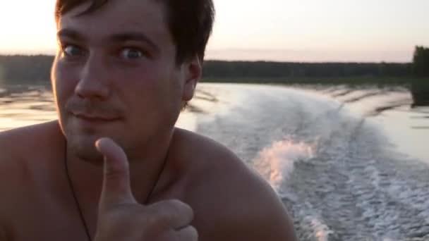 ein Mann in einem Boot bei Sonnenuntergang