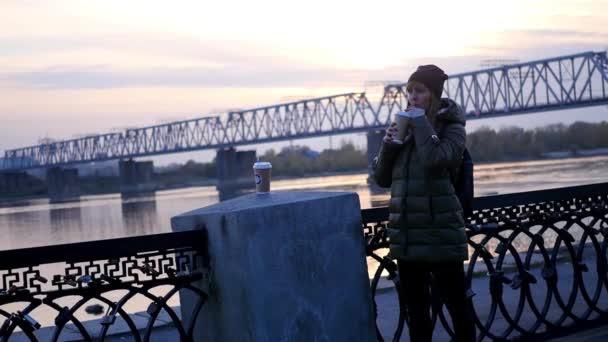 boldog asszony kávéfogyasztás.