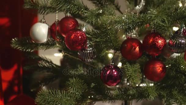 elegáns ajándék a karácsonyfa alá. 4k