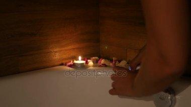 Vasca Da Bagno Romantica Con Candele : Tendenze per la vasca da bagno angolare o freestanding u body art