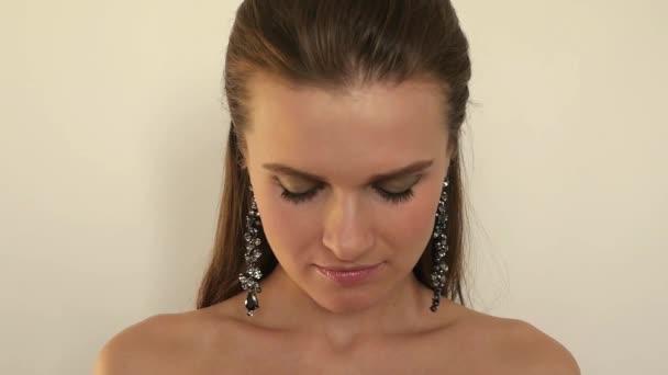 atraktivní sexy dívka pózuje v dlouhých šperky, vyvolává jeho hlavu, 1920 × 1080