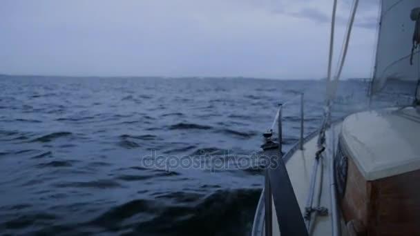 jachty plachty na moři v oblačné počasí večer, houpe na vlnách. HD, 1920 × 1080