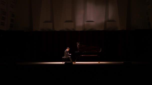 02. 09. 17 russland, nowosibirsk, staatlicher Konzertsaal. Ein junger Mann spielt auf der Bühne Klavier. 4k
