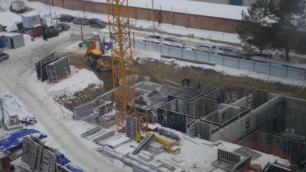 probíhající stavební práce na výstavbě nového domova s pomocí traktor, jeřáb a dělníci, 3840 x 2160, 4k
