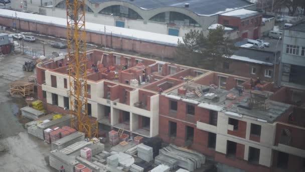 Konstrukce patrové domy z cihel, stavitelé pracují všechny den. 4 k. 3840 × 2160. čas kola