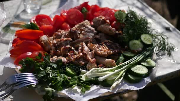 Krásné šťavnaté zátiší na talíř čerstvé zeleniny a grilovaná kuřata. 4k, 3840 x 2160. HD