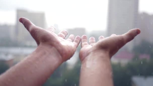 Az ember tegye a kezét az ablakon a szakadó esőben a ház. Slowmotion, 1920 x 1080 Hd