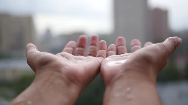 Užívat déšť za oknem, rozpaží vpřed. slowmotion, 1920 x 1080, Hd