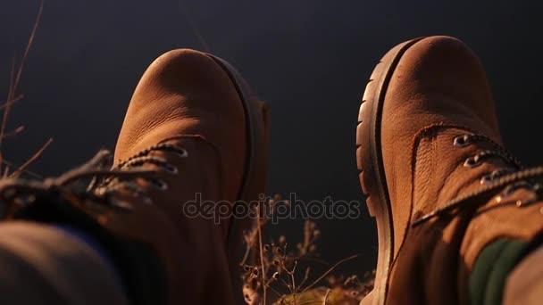 Chcete-li využívat odlesky na vodu v červené boty kopat nohama, detail. Zpomalený pohyb, 1920 x 1080, full hd