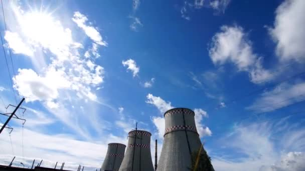 Časová prodleva: město elektrárna pod zamračenou oblohou v slunečný den