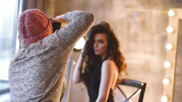 Žena fotografka dělá fotografie krásných kavkazské ženy, atraktivní model na focení, dívky fotografie, módní fotografie pro krásné ženy, sexy dívka ve večerních šatech