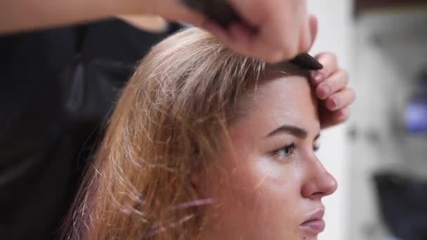 Kadeřnictví Hřebeny ženách vlasy před provedením účes, zdraví a krásy, Žena v beauty studio, dlouhé a zdravé vlasy
