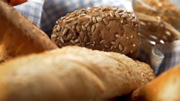Bochník chleba v koš, pečivo, pekárna