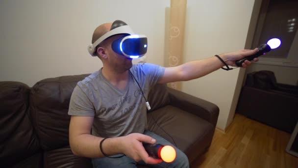 Hombre Juega Videojuegos En Sistema Vr Casco De Realidad Virtual