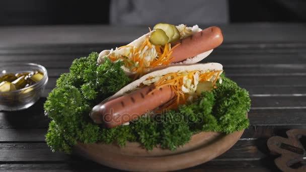 Tortilly s párky a salát, pita s klobásou a jemně nastrouhanou mrkev, zelí, withcooking rychlého občerstvení, zpomalené jídlo, fast food restaurace