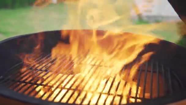 Láng és tűz a grill, napsütéses nyári napon, a nyílt tűzön főzés, preparings a bbq grill, láng ég
