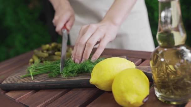 Fenykl řezy kuchařka na dřevěné desce velkým nožem, vaření venku, takže zeleninový salát, čerstvá zelenina