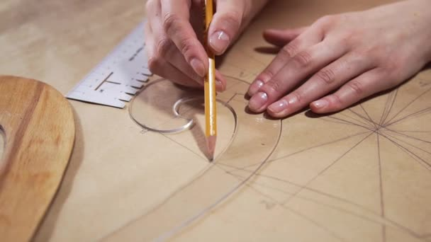 Inženýr kreslí na papír s tužkou, Krejčí je vzor pro seawing šaty, architekt dělá výkresu, výkres mechanical