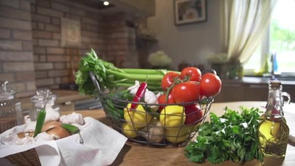 Zátiší s košíkem plné čerstvé zeleniny, vegetariánské jídlo, vaření zeleniny