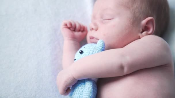Neugeborenes Kind schläft mit Lieblingsspielzeug, süße Träume der kleinen Baby, gesunder Schlaf, Neugeborenen Fotografie