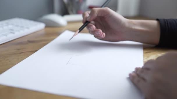 Malíř kreslí tužkou, Návrhář nakreslí tah, Žena kreslí čáry, architekt začne čerpat projekt na papíře