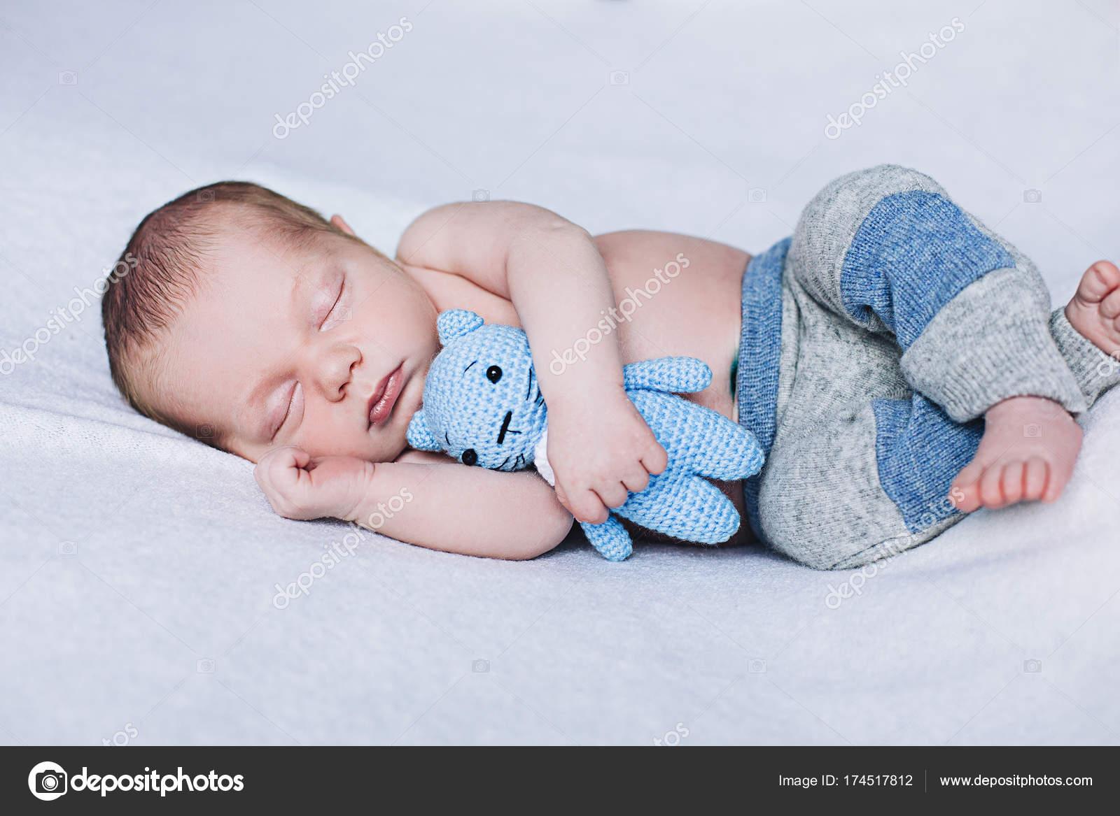 Bambino neonato che dorme, sogni doro di piccolo bambino, sonno ...