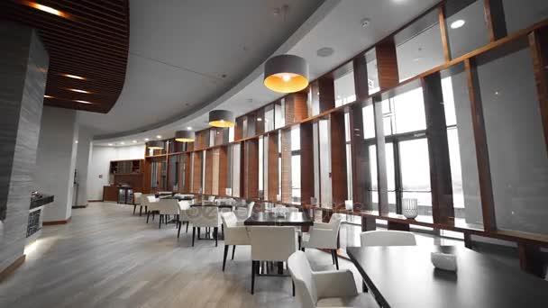 Video panorama kavárny, stoly a lampy, velkými okny, útulnou atmosféru v restauraci, interiérový design