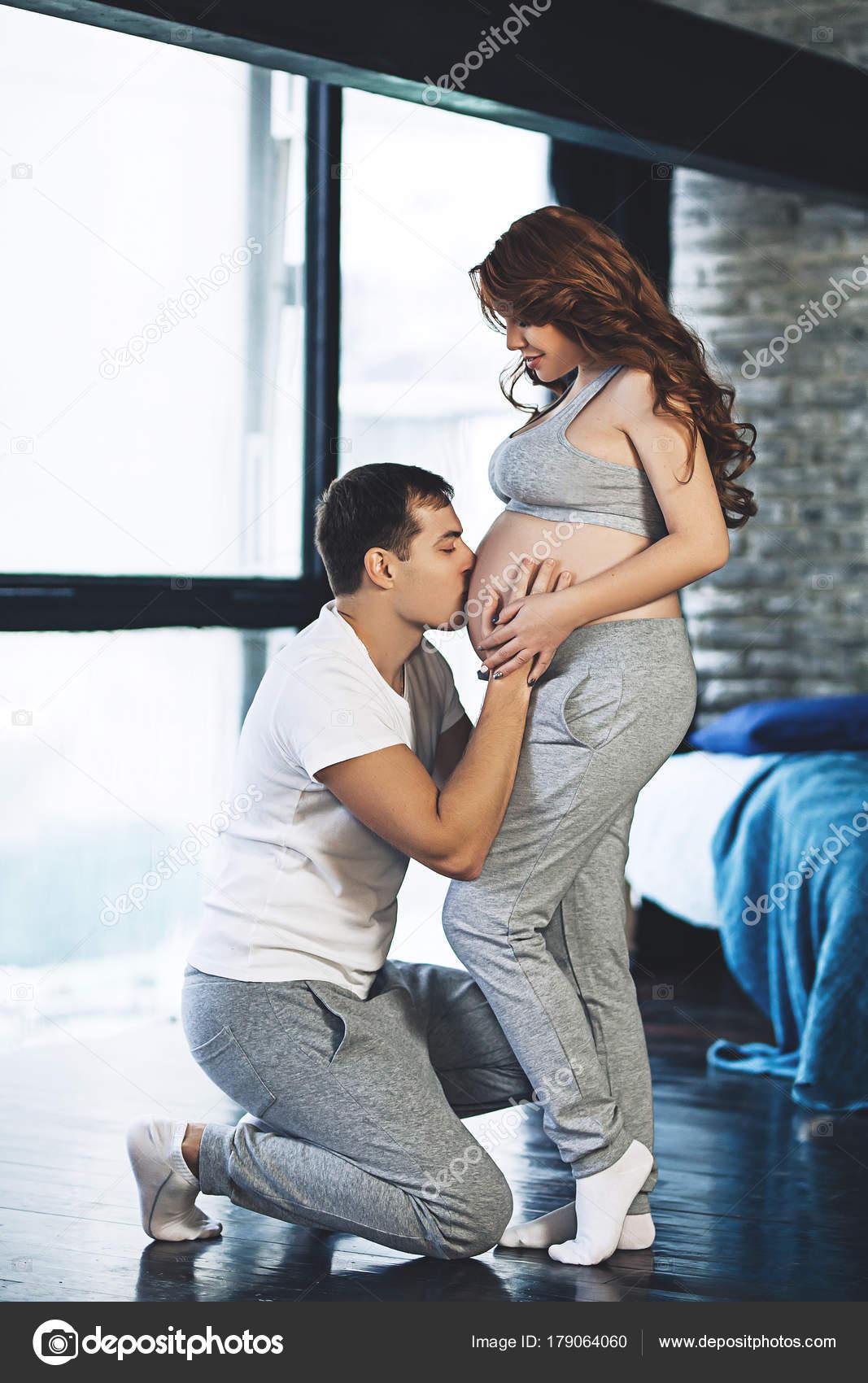 Heureux futurs parents attendent pour b b couple mari est en attente pour un enfant la femme - Chambre a coucher pour couple ...