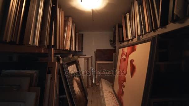 Almacén de cuadros en el Taller creativo de artistas, marcos y ...