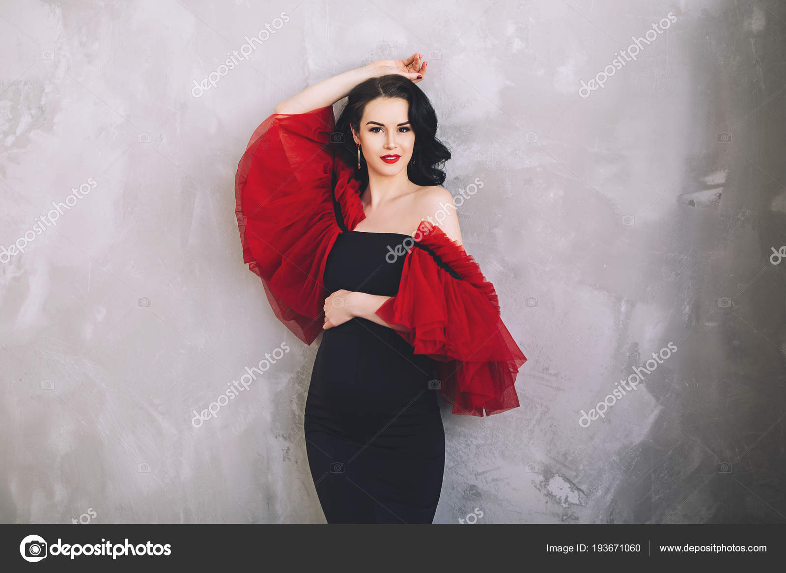 0ad85114d032 Elegante donna incinta attraente in camicia da notte lunga splendida ...