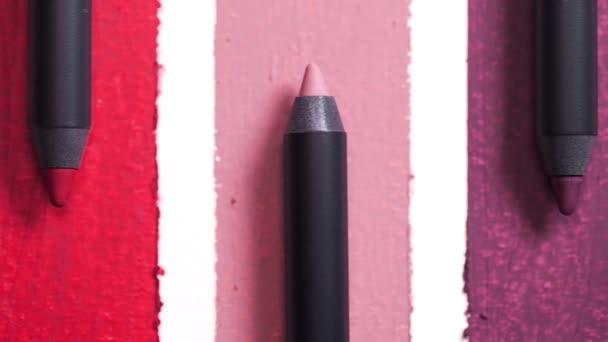 Detailní záběr břitu, tužky jsou uspořádány v odstínech, kosmetické zboží pro ženy, přírodní profesionální kosmetiky, kosmetika, make-up nástroje