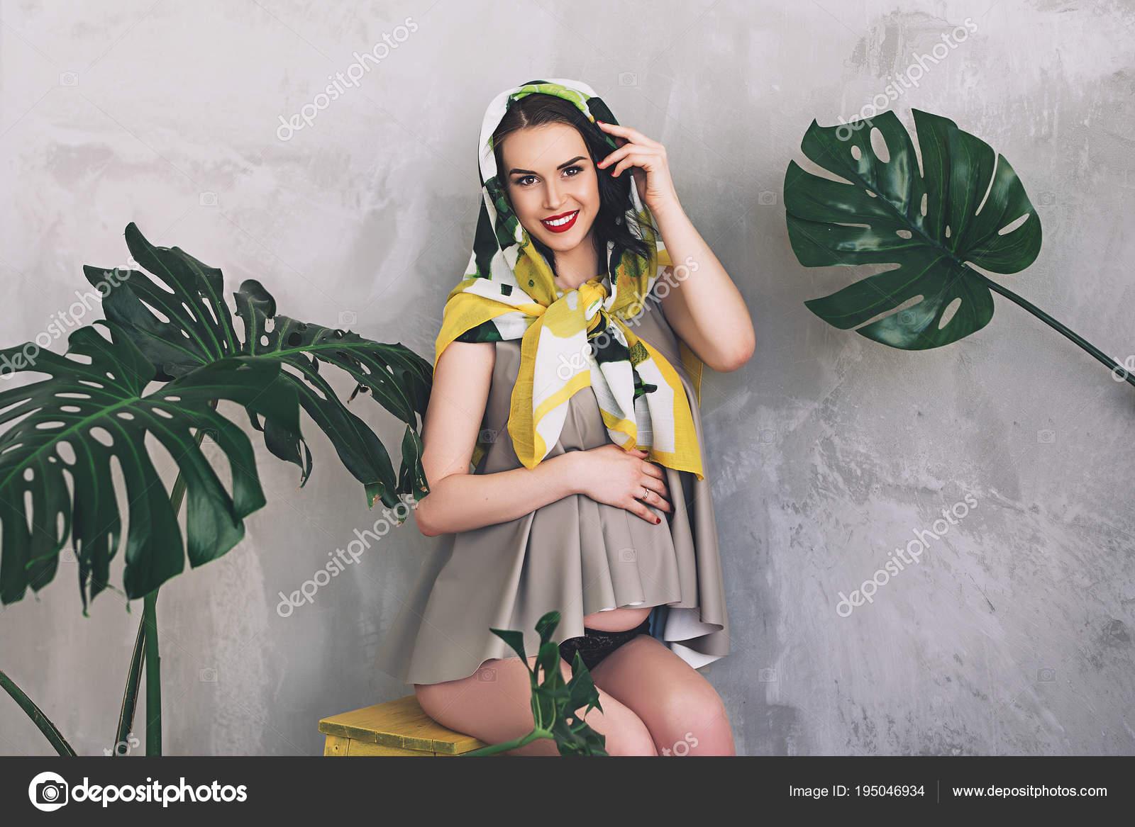 cfe21e5530ae Donna incinta attraente alla moda in abiti estivi colorati