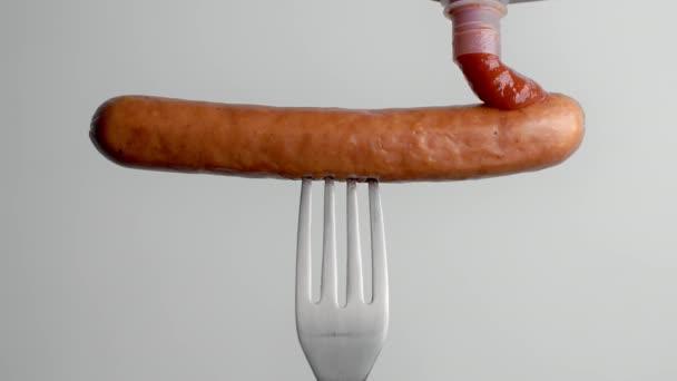 Rajčatová omáčka kapky na klobásu ve zpomaleném filmu, rajčatový kečup s masem, klobása na vidličce, Full Hd 120fps Prores Hq