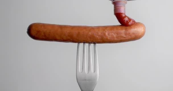 Rajčatová omáčka kapky na klobásu ve zpomaleném filmu, rajčatový kečup s masem, klobása na vidličce, 4k Dci 120fps Prores Hq