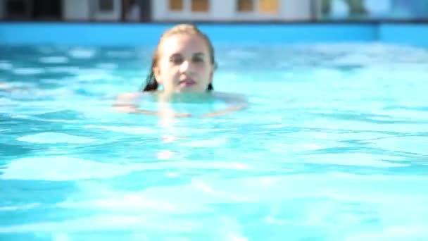 mladá šťastná žena, plavání v bazénu