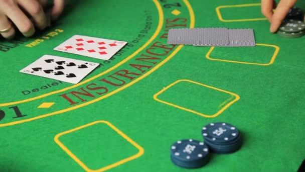 Tabulka kasino poker hráč rukama a hrací karta