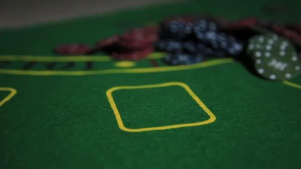 Casino-Tisch mit Poker Spieler Hände und Spielkarten