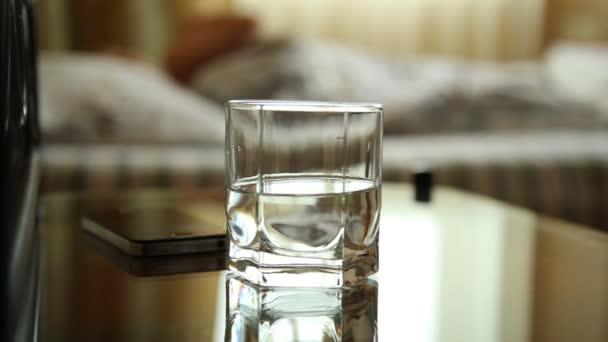 Сексуальное движение стакана воды